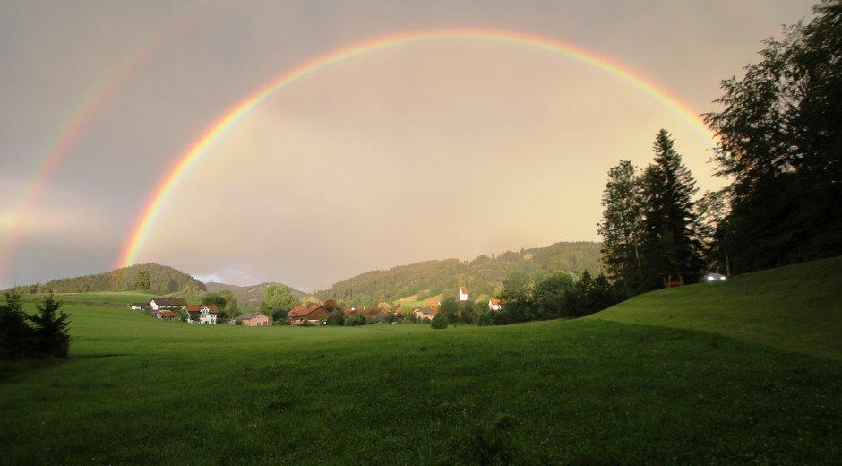 Grünenbach mit Regenbogen