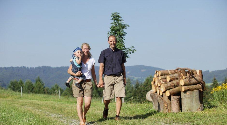 Familie mit Kindern unterwegs in den Westallgäuer Bergen