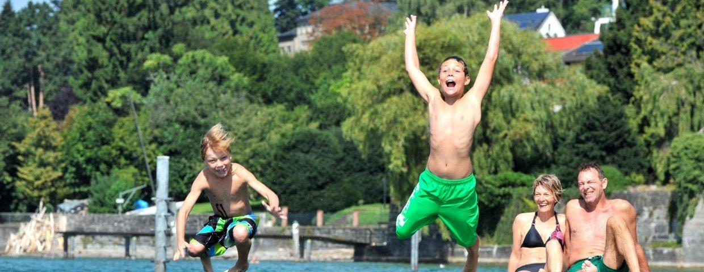 Bodensee Kinder und Familie am Bodensee beim Reinspringen