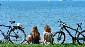 Panoramaradrunde Bodensee, Pause vom Fahrradfahren mit Blick auf den See
