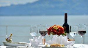 Genussherbst Bodensee gedeckter Tisch mit Blick auf den See