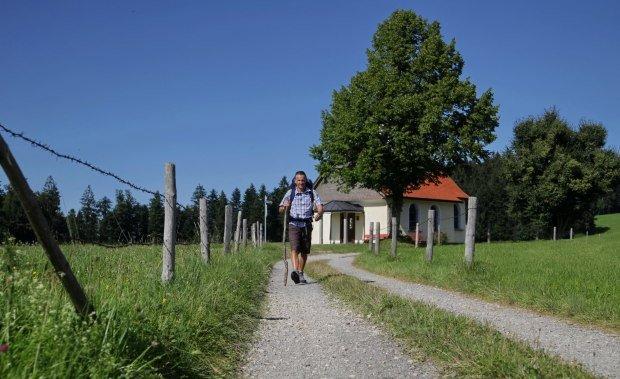 Samstagspilgern Pilger am Wanderweg mit Kapelle