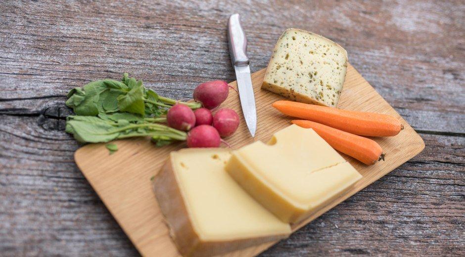 Brotzeit mit verschiedenen Allgäuer Käsesorten