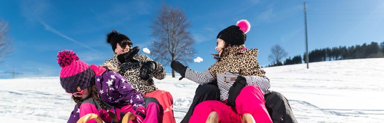 Rodelspaß mit Schneeballschlacht © Frederick Sams, Landkreis Lindau (Bodensee)