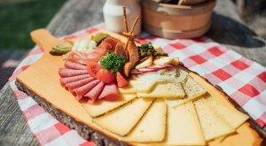 Allgäuer Vesperbrett mit Käse und Wurst
