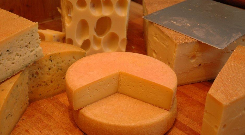 Angeschnittener Käselaib verschiedene Sorten