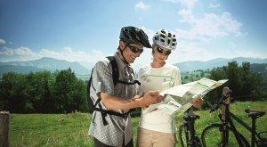 Radfahrer informieren sich mit der Radkarte der Radrunde Allgäu, © Allgäu GmbH