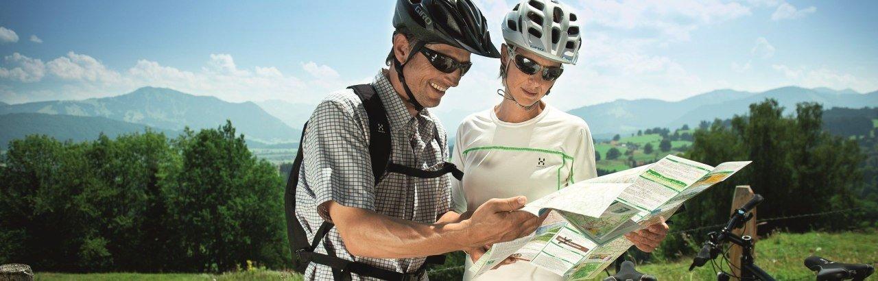 Radfahrer informieren sich mit der Radkarte der Radrunde Allgäu © Allgäu GmbH