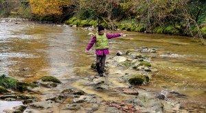 Westallgäuer Wasserwege Kind am Fluss