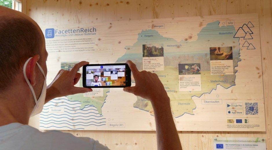 Interaktive Erlebniskarte FacettenReich im Pavillon des Regionalbeitrags des Landkreises Lindau (Bodensee) auf der Gartenschau Lindau 2021