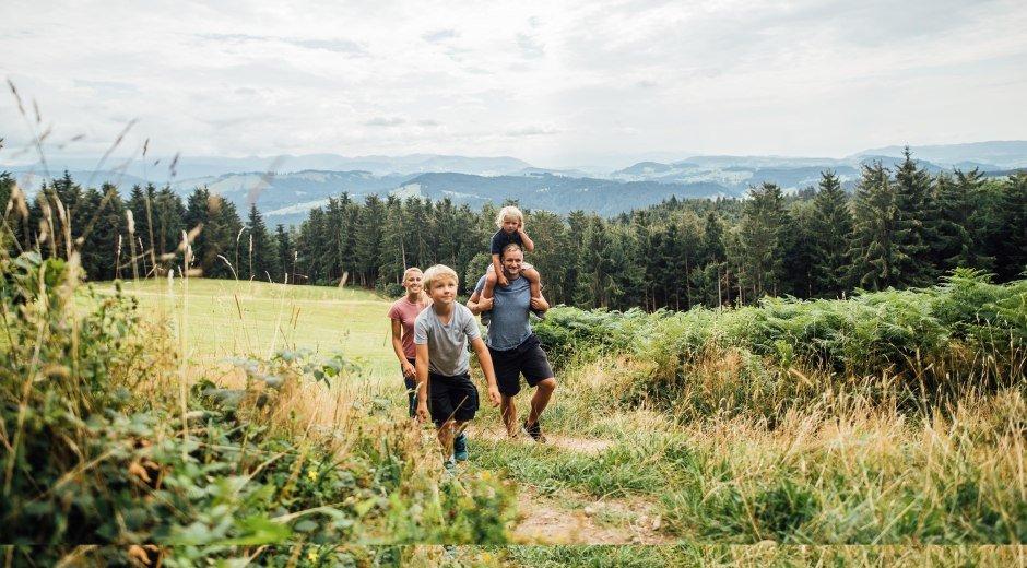 Im Westallgäu hat die ganze Familie Spaß während der Wanderung
