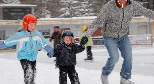 Eislaufen mit Kindern am Eislaufplatz in Lindenberg im Allgäu