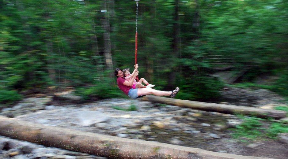 Abenteuerspielplatz mit Seilrutsche über die Hausbachklamm bei Oberreute