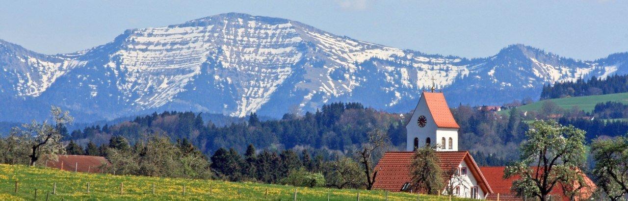 Gemeinde Hergatz im Westallgäu mit Blick auf den Hochgrat (Nagelfluhkette)